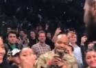 Video: Godinot armiju, Ērvings pēc uzvaras dāvina apavus un kreklu