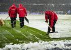 Video: Tukšos vārtos ripojoša bumba iestrēgst sniegā Bundeslīgas mačā