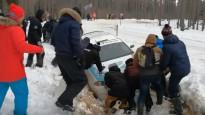 Skatītāji palīdz rallija ekipāžai tikt ārā no grāvja
