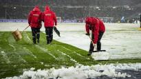 Tukšos vārtos ripojoša bumba iestrēgst sniegā Bundeslīgas mačā