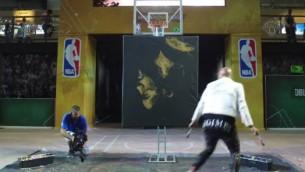 Video: Dejojošs mākslinieks uzglezno Lebronu Džeimsu