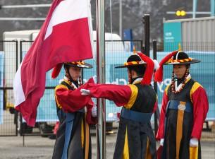 Valsts prezidenta klātbūtnē Phjončhanā paceļ Latvijas karogu