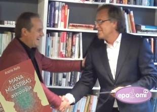 Video: Astropsihologs Andris Račs prezentē grāmatu un saņem dāvanā Rača albumu