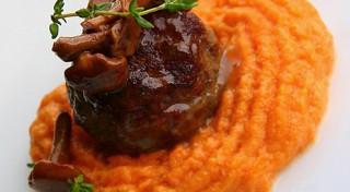 Liellopu gaļas tefteļi ar sēņu mērci un ķirbju biezeni