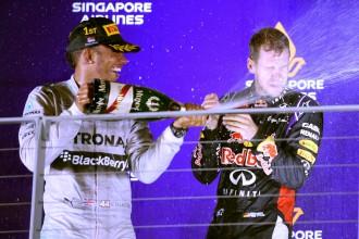 Hamiltons triumfē Singapūrā un kļūst par kopvērtējuma līderi