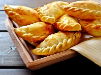 Empanadass ar kazas sieru un nātrēm