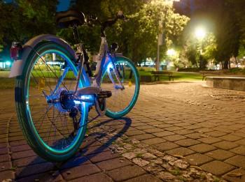 Pašmāju zīmols Lumini Nights izstrādājuši modernu velosipēda aksesuāru diennakts tumšajam laikam
