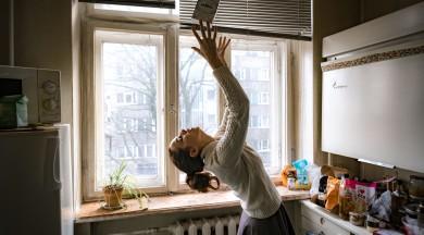 """Latvijas Jaunā teātra institūts aicina uz pastaigu un dejas mikroizrāžu sēriju  """"Dejpunkts"""" septiņos Pārdaugavas dzīvokļos"""