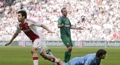 ''Twente'' un ''PSV'' izglābjas galotnēs, ''Ajax'' uzvar un iesaistās cīņā par titulu