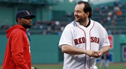 Slavenais diriģents Andris Nelsons izpilda simbolisko iemetienu MLB mačā