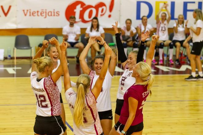 Sieviešu volejbola izlase pieveic Dāniju