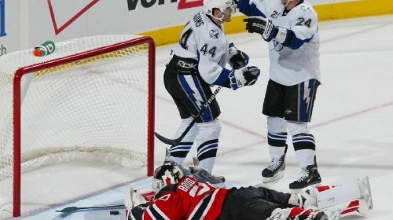 Mārtiņš Karsums tikko guvis pirmos vārtus NHL Foto: AFP