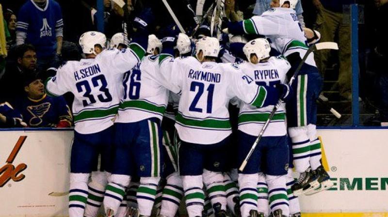 """Vankūveras """"Canucks"""" hokejistu prieks par iekļūšanu otrajā kārtā Foto: AFP"""