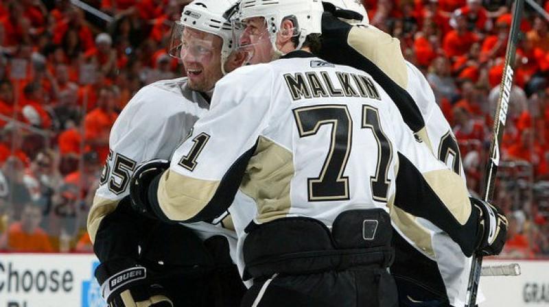 Jevgēņijs Malkins ar komandas biedriem Foto: AFP