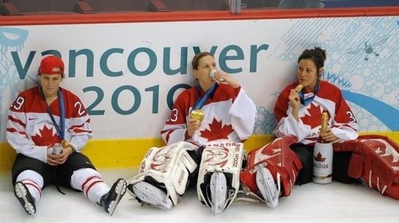 Kanādas hokeja izlases hokejistes svin zelta medaļu iegūšanu Foto: The Canadian Press/Scanpix