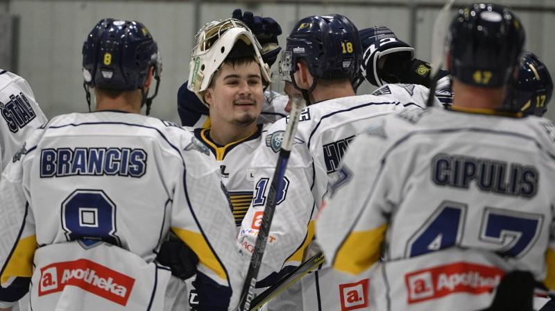 """""""Kurbada"""" hokejisti priecājas par uzvaru. Foto: Romāns Kokšarovs/f64"""