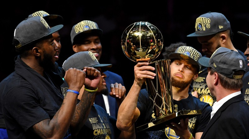 "Goldensteitas ""Warriors"" ar NBA trofeju. Foto: USA Today Sports/Scanpix"