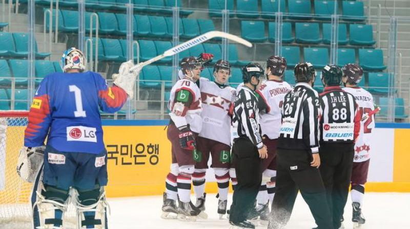 Latvijas hokeja izlase pret Dienvidkoreju. Foto: Viesturs Koziols