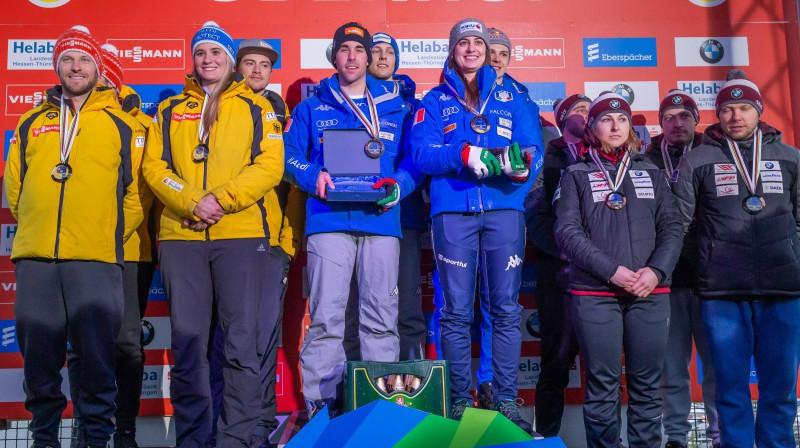 Vācijas, Itālijas un Latvijas kamaniņu braucēji uz goda pjedestāla pēc Eiropas čempionāta komandu sacensībām. Foto: imago/foto2press/Scanpix