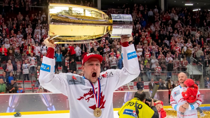 Guntis Galviņš ar Čehijas kausu. Foto: Lukáš Filipec / hcocelari.cz