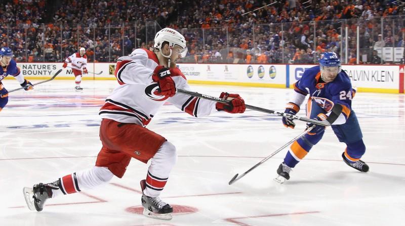 """Karolīnas """"Hurricanes"""" hokejists Vorens Fogels panāk izlīdzinājumu. Foto: AFP/Scanpix"""