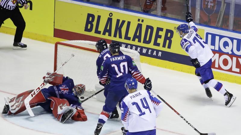 Slovākija gūst vārtus spēlē pret Lielbritānijas izlasi. Foto: Reuters/Scanpix
