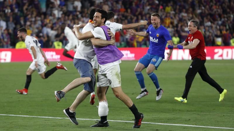 """""""Valencia"""" futbolisti priecājas par triumfu Karaļa kausā. Foto: AP/Scanpix"""