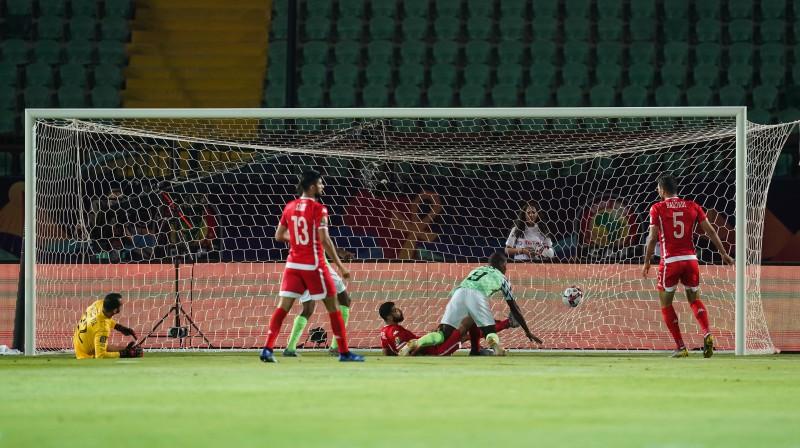 Odions Igalo raida bumbu Tunisijas izlases vārtos. Foto: ZUMAPRESS.com/Scanpix