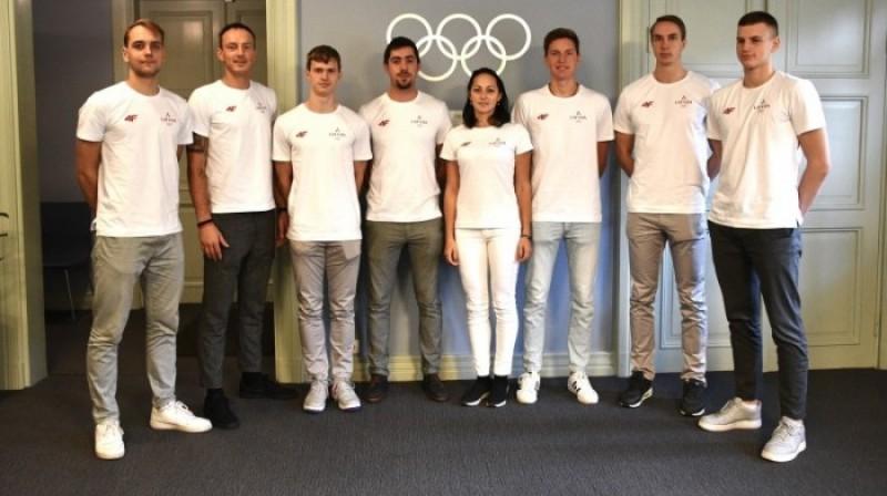 Latvijas delegācija pirms došanās uz Pludmales spēlēm. Foto: olimpiade.lv