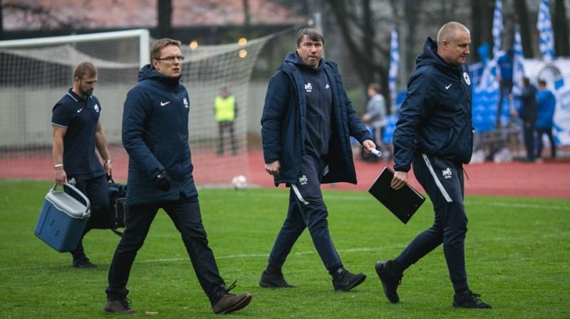Valds Dambrausks ar saviem asistentiem Aleksandru Koliņko un Marju Skinderi. Foto: FK RFS