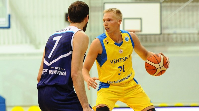 Jānis Bērziņš ar bumbu. Foto: FIBA