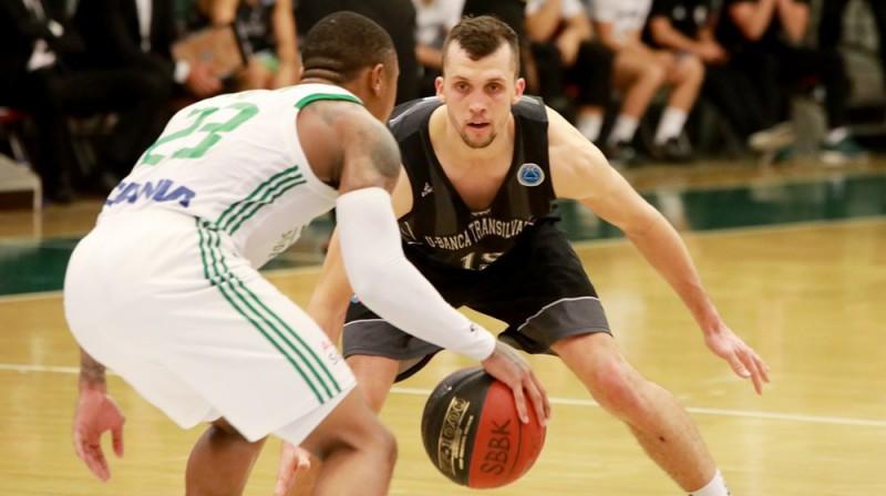 Artis Ate aizsardzībā. Foto: FIBA