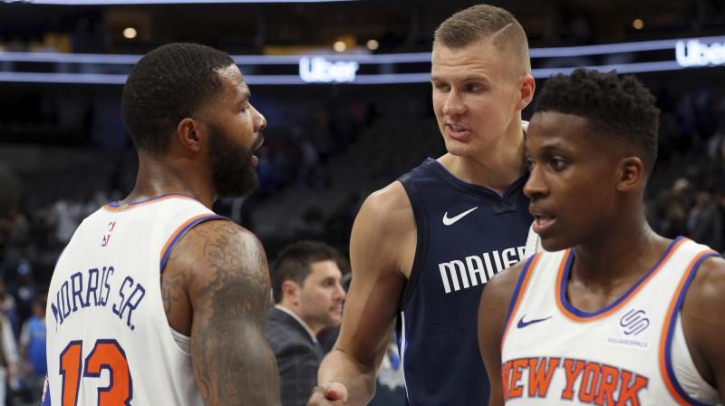 """Kristaps Porziņģis sasveicinās ar """"Knicks"""" basketbolistu Markusu Morisu. Foto: AP/Scanpix"""