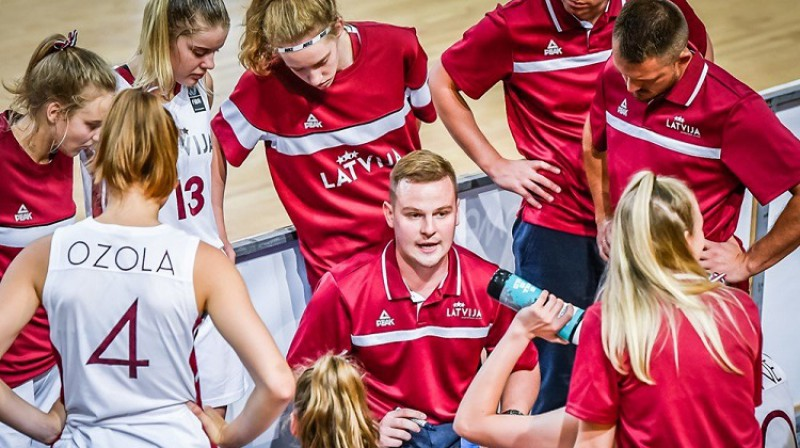 Matīss Rožlapa strādās ar U18 meiteņu izlasi. Foto: FIBA