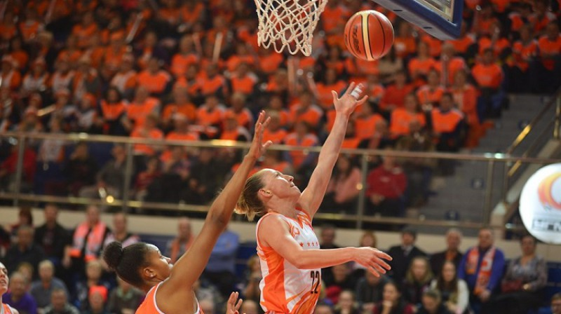 Kortnija Vanderslūta apsteidz Iliani Rupēru. Foto: FIBA