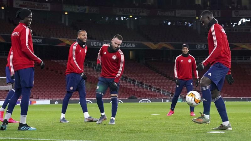 """Olympiacos"" futbolisti aizvada treniņu ""Emirates"" stadionā. Foto: AP/Scanpix"