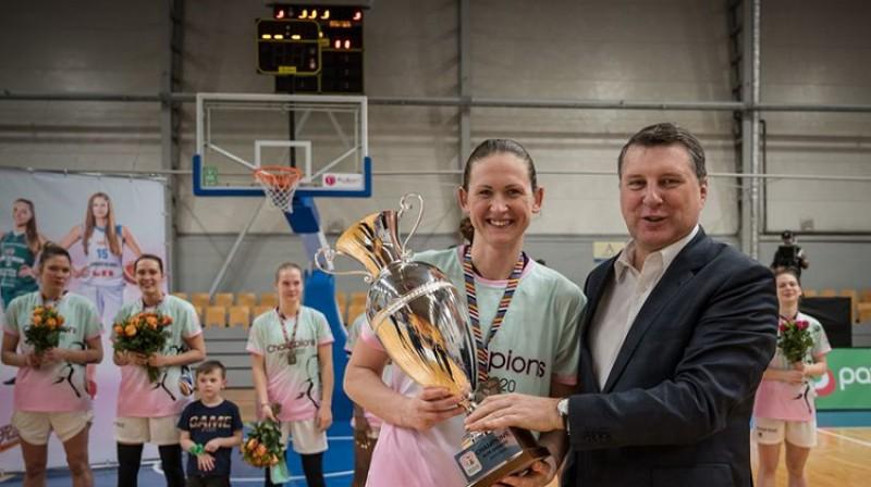TTT kapteine Aija Klakocka un LBS prezidents Raimonds Vējonis. Foto: WBBL.eu