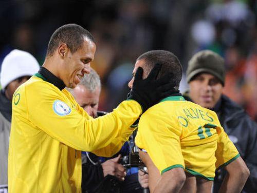 Alvešs ievelk Brazīliju finālā