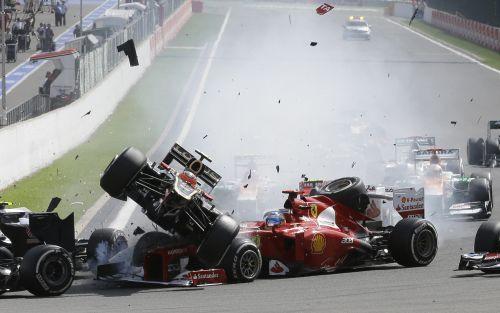 Batons uzvar Beļģijas GP, Hamiltons un Alonso izstājas pirmajā līkumā