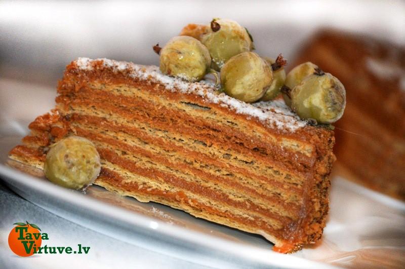 Medus torte ar iebiezinātā piena pildījumu