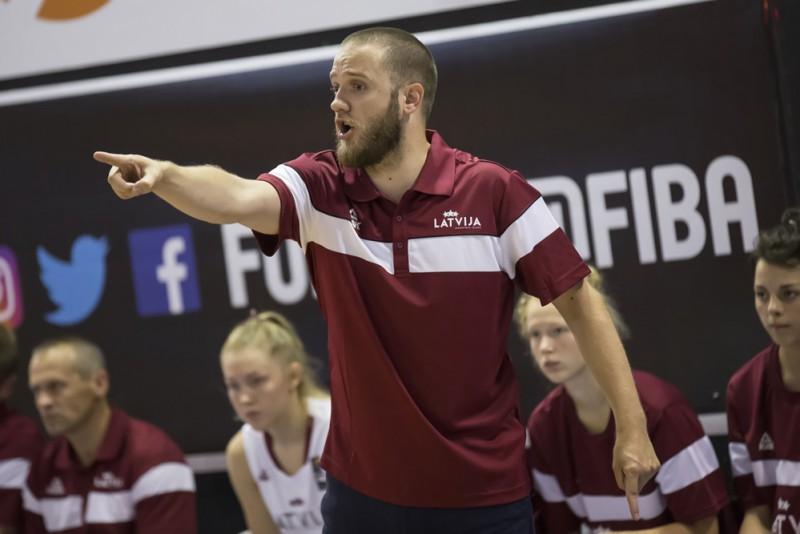 Latvijas U-17 basketbolistes gūst uzvaru pagarinājumā apvienotā čempionāta spēlē