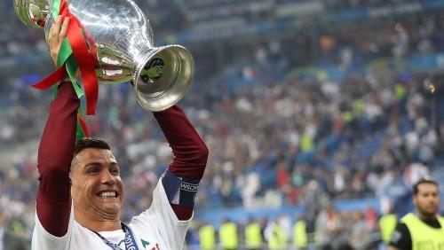 """Video: Ronaldu uzruna Portugāles ģērbtuvē pēc triumfa """"Euro 2016"""" finālā"""