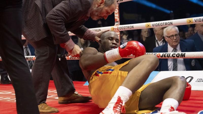 Adoniss Stīvensons kritiskā stāvoklī pēc nokauta boksa ringā