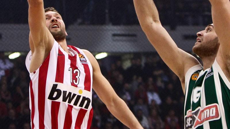 """Strēlniekam sezonas rezultatīvākā spēle, """"Olympiacos"""" uzvar lielajā derbijā"""
