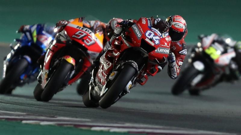 """Kataras nakts """"MotoGP"""" sacīkstēs aizraujošā un fantastiskā cīņā uzvar Doviciozo"""