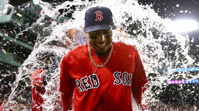 """Betss gūst trīs """"Home run"""", """"Red Sox"""" pārspēj """"Yankees"""""""
