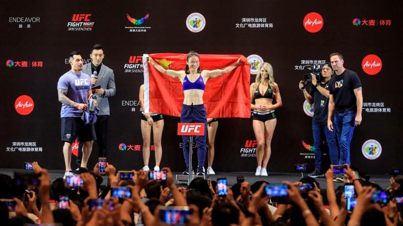Džana izcīna 20. uzvaru pēc kārtas un sagādā Ķīnai pirmo UFC čempiontitulu