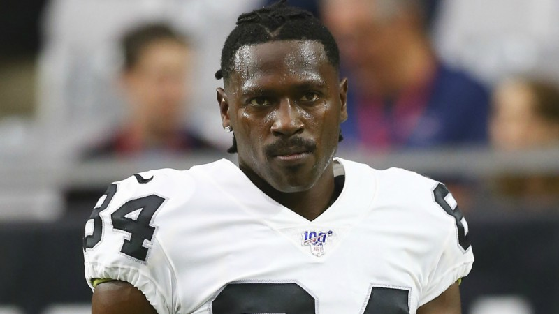 Brauna nedienas turpinās, NFL spēlētāju apsūdz treneres izvarošanā