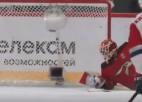 Video: KHL aizsargs viltīgi iemet no vidus zonas