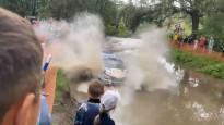 Krievijas rallijā sportistus ātrumposmā pārsteidz milzu peļķe